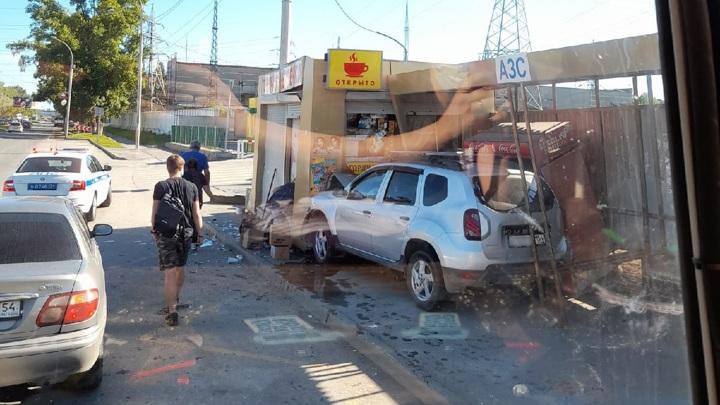 Автомобиль врезался в автобусную остановку в Новосибирске