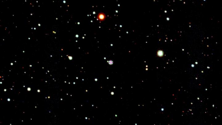 Странная звезда SMSS J200322.54-114203.3 (отмечена крестиком в центре) расположена в юго-восточном углу созвездия Орла.