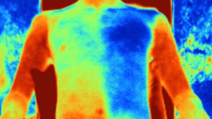 Новая ткань (справа) значительно снижает температуру тела по сравнению с обычным хлопком (слева), как видно на этом инфракрасном изображении.