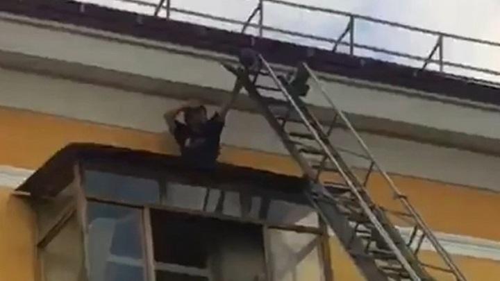 Житель Первоуральска сорвался с крыши во время спасательной операции