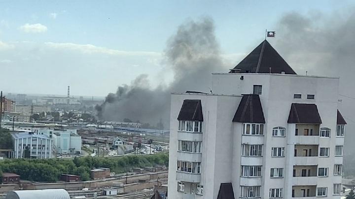 В Новосибирске пылают три частных дома. Огонь может перекинуться на другие дома