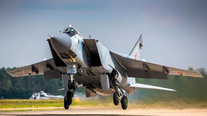 МиГ-31 сопроводил бомбардировщик ВВС США