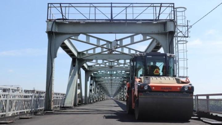 На старом мосту в Барнауле дорожники заканчивают ремонтные работы