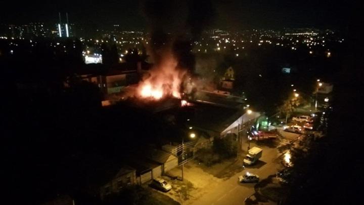 Ночью под Саратовом загорелась крыша автосервиса