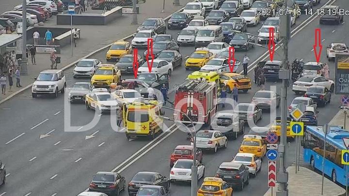 Пять автомобилей столкнулись в центре Москвы