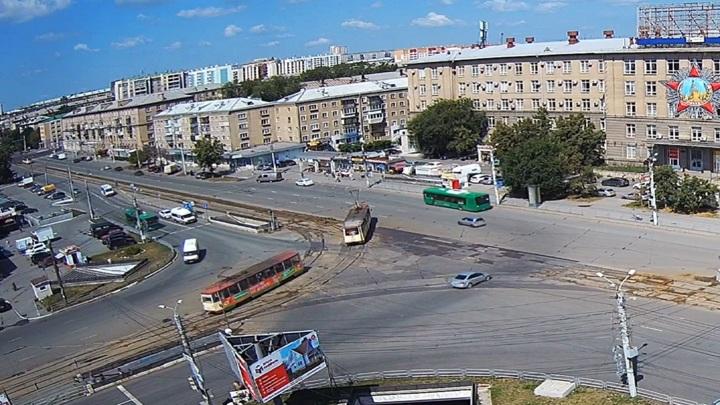 Неудачный поворот налево: в Челябинске с рельсов сошел трамвай