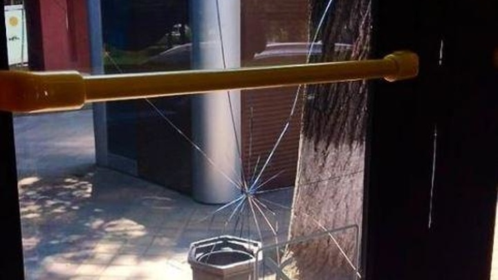 На Кубани неадекватный мужчина разбил булыжником окно троллейбуса