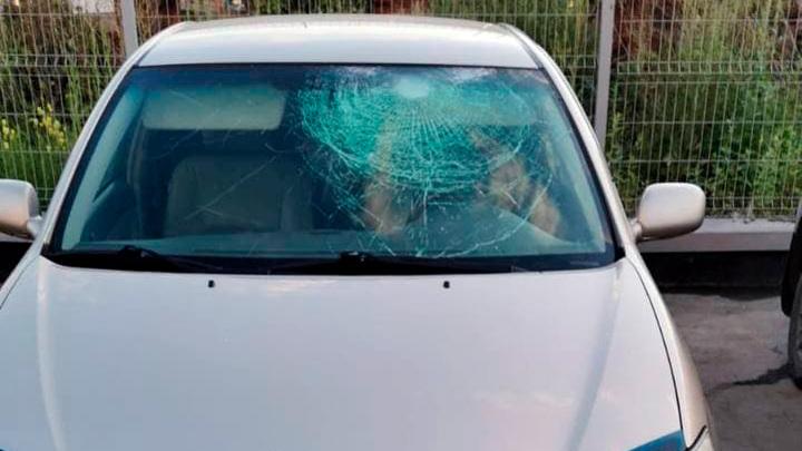 Суровые шарики с водой: в Новосибирске дети помяли чужой автомобиль