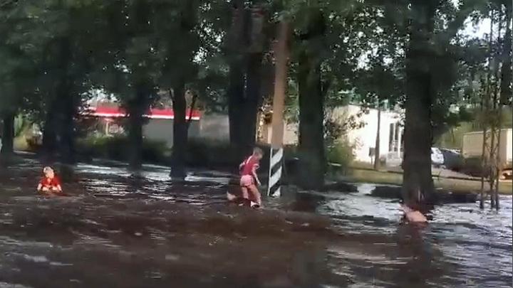 Обрушение стихии: в Тольятти дети купаются в огромной луже