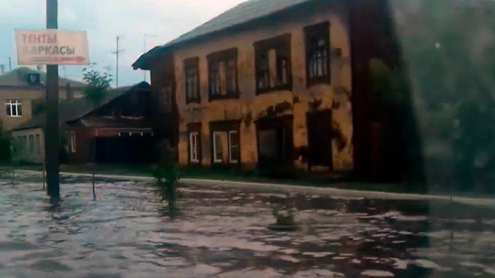"""""""Хорошо плывем"""": улица в Челябинской области превратилась в реку"""