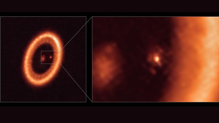 """Панорама (слева) и крупный план (справа) """"лунообразующего"""" диска вокруг расположенной на расстоянии около 400 световых лет от Земли молодой экзопланеты типа Юпитера PDS 70c."""