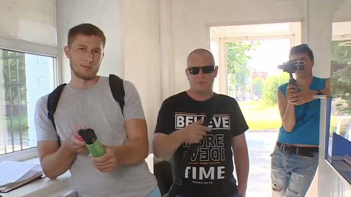 """Блогеры-антимасочники пытались попасть на территорию ГТРК """"Кузбасс"""""""