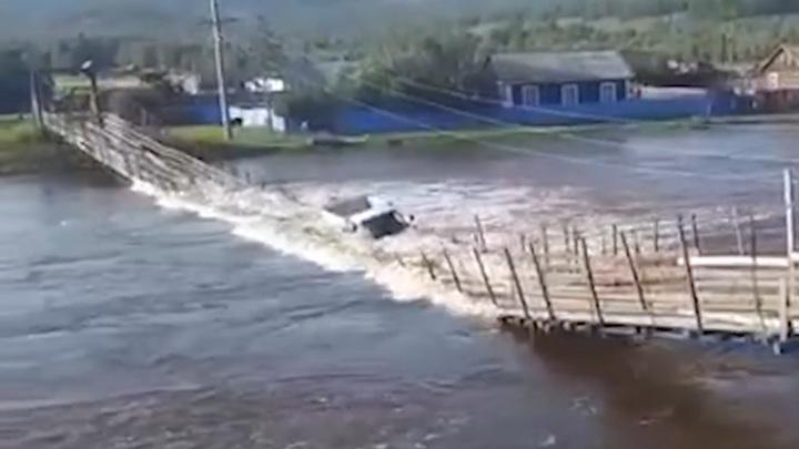 Грузовичок угробил в забайкальском селе последний мост. Видео