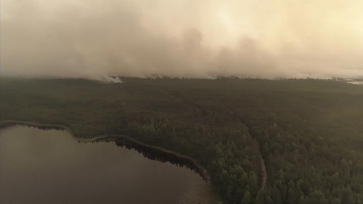 К тушению крупного лесного пожара на острове Путсаари привлекли 2 вертолета МЧС