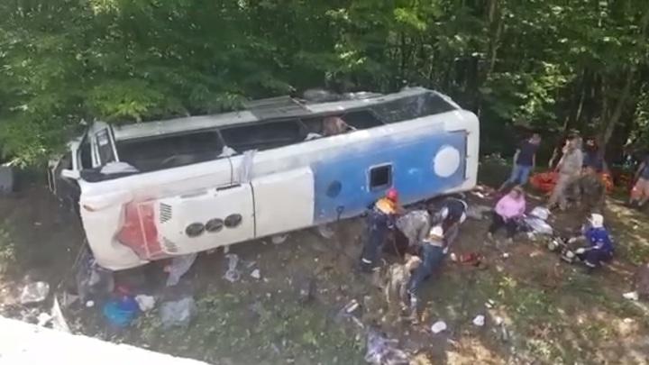 На горной дороге на Кубани опрокинулся автобус с туристами