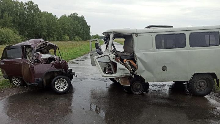 Легковушка всмятку: 3 человека погибли в аварии в Омской области