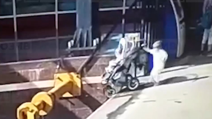Страшное падение детей на рельсы в Петербурге попало на видео