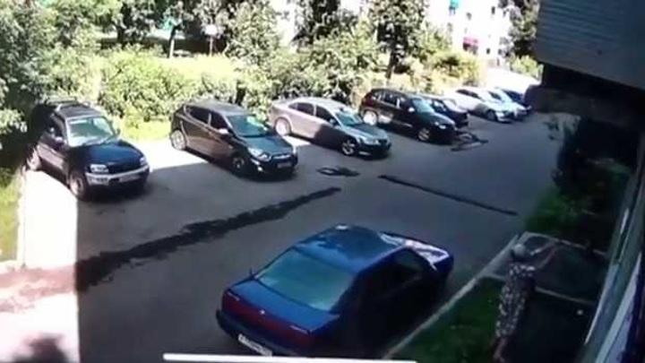 Момент спасения выпавшего из окна ребенка в Новокузнецке попал на видео
