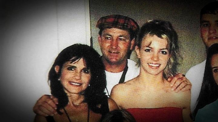 """Бритни Спирс с родителями. Кадр из фильма """"Бритни Спирс под прицелом"""""""