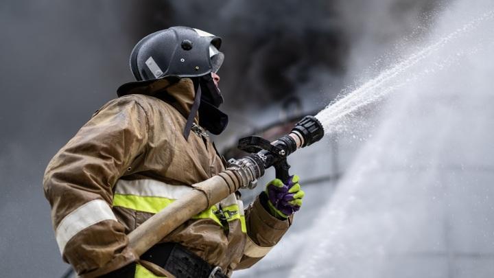 В Йошкар-Оле 11 пожарных потушили горящее здание