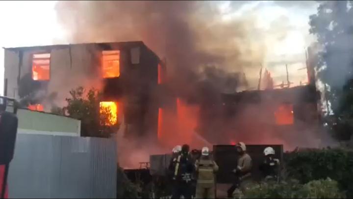 В Ростове пожар уничтожил трехэтажный дом, людей эвакуировали