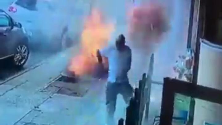 Огонь из-под земли: в Куинсе мужчина едва не погиб у входа в магазин