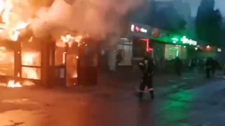 На юго-западе Москвы люди спасались из горящего кафе