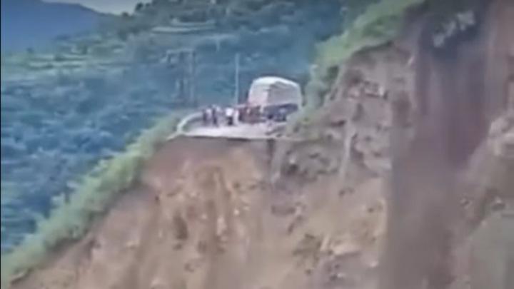 В Индии огромный оползень снес в пропасть дорогу. Видео