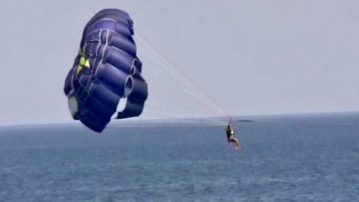 Во время парасейлинга отдыхающий сорвался в Черное море
