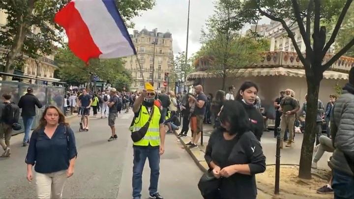Очередной протест против санпропусков в Париже