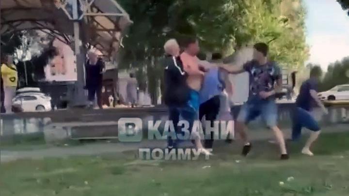 Не поделили: в Казани произошла массовая драка мужчин из-за арбуза