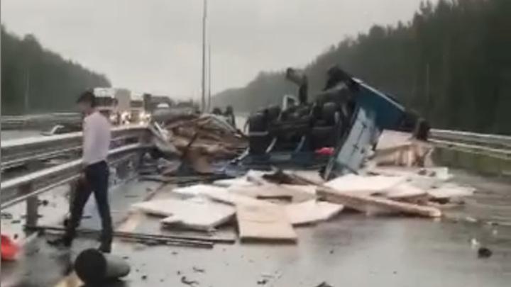 Из-за трагической аварии перекрыта платная трасса из Питера в Москву