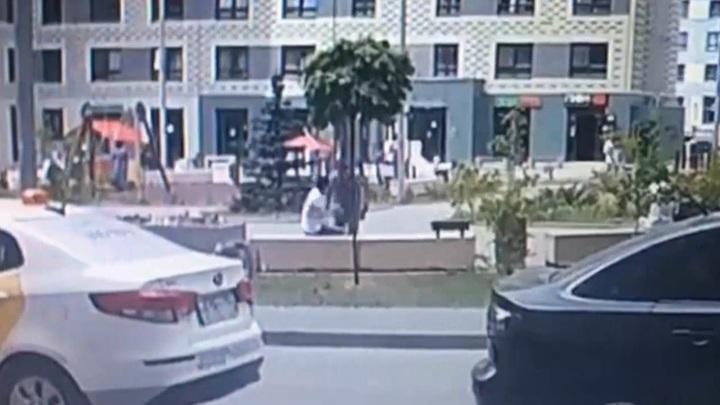 Москвич порезал припугнувшего его молодого человека во дворе дома