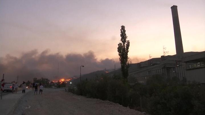 Лесные пожары в Турции: огонь подошел к электростанции Кемера