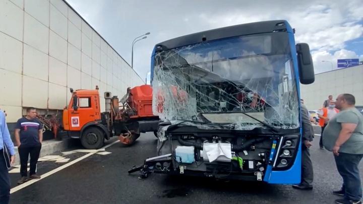 ДТП с автобусом в Москве: многотонный грузовой КамАЗ выбросило с дороги