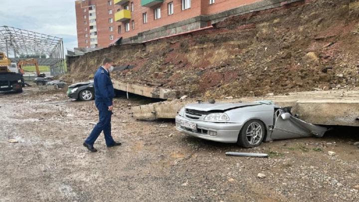 В Красноярске рухнувшая стена раздавила пять автомобилей