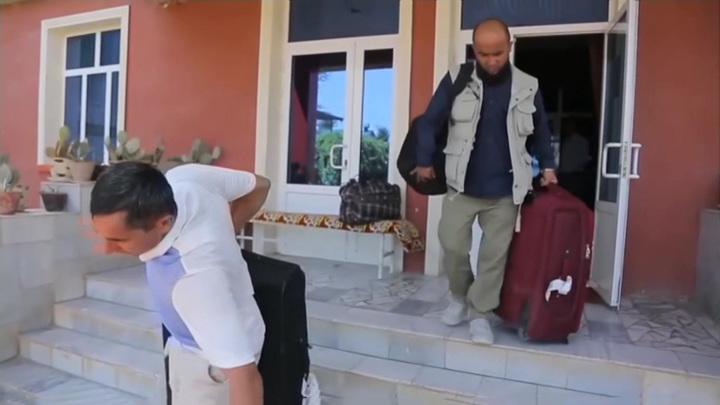 Десятки эвакуированных афганцев попали под подозрение