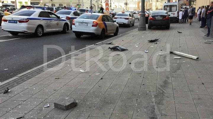 Машина сбила пешехода на тротуаре на севере Москвы
