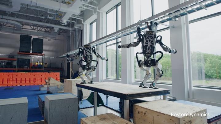 Двуногие роботы Boston Dynamics показали чудеса паркура
