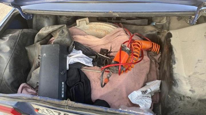 Новосибирцы угнали автомобиль, чтобы украсть канализационные люки