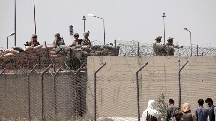 """Палки, пинки и газ: спецназ НАТО """"хозяйничает"""" в аэропорту Кабула"""