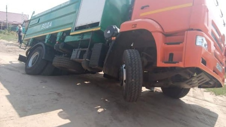 В Воронежской области грузовик провалился в огромную дыру