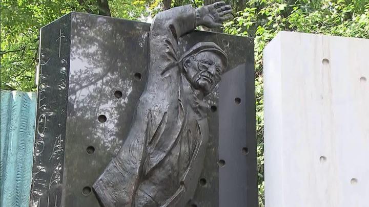 Памятник Георгию Данелии открыли на Новодевичьем кладбище в Москве