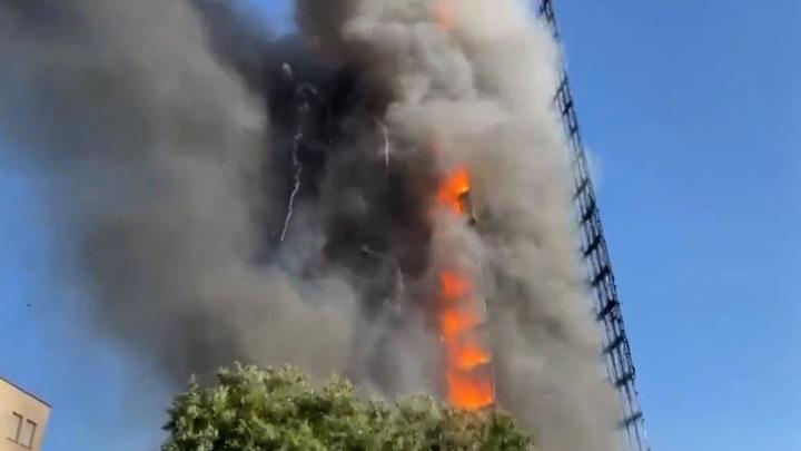 Многоэтажный дом горит в итальянском Милане