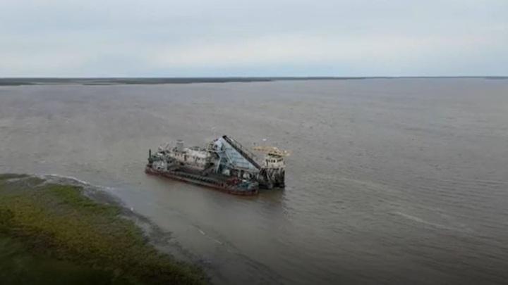 Из-за обмеления теплоход на Ямале не может причалить к берегу