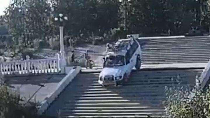 Житель Бийска прокатился по лестнице и теперь может лишиться машины