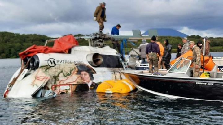Спасатели подняли со дна Курильского озера Ми-8