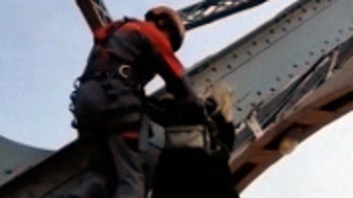 Экстрим над Невой: спасатели сняли влюбленных с пролетов Большеохтинского моста