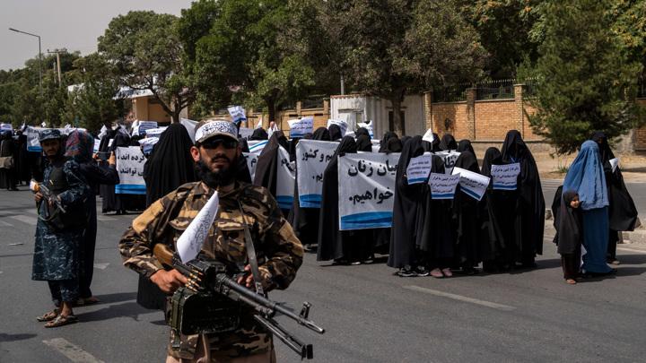 Хиджаб и раздельное обучение: перед университетом Кабула собрались сотни женщин