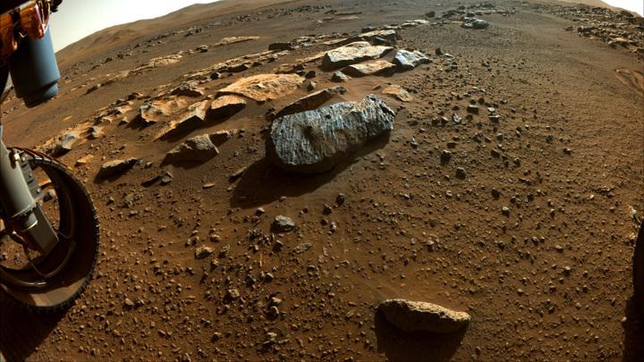 Фото сделано 7 сентября 2021 года. В куске породы можно увидеть два отверстия, сделанные ровером во время сбора образцов.